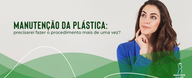 Mulher pensando se é necessário ou não fazer a manutenção da plástica