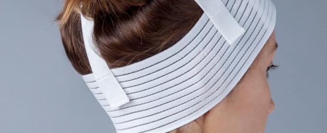 mulher de costas com a faixa usada no pós-operatório da otoplastia