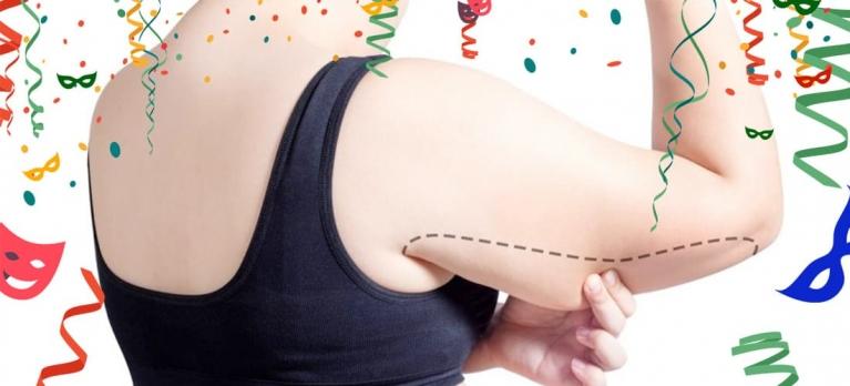 mulher segurando a pele flácida do braço indicando a braquioplastia