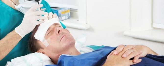 Paciente se submetendo a uma cirurgia de transplante capilar com um cirurgião